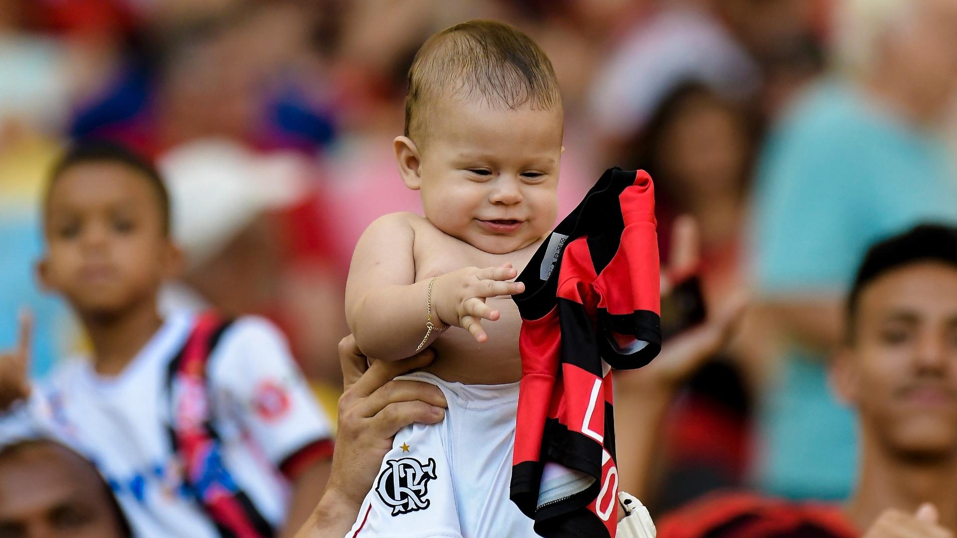 No Dia das Crianças, um bebê roubou a cena na torcida do Flamengo