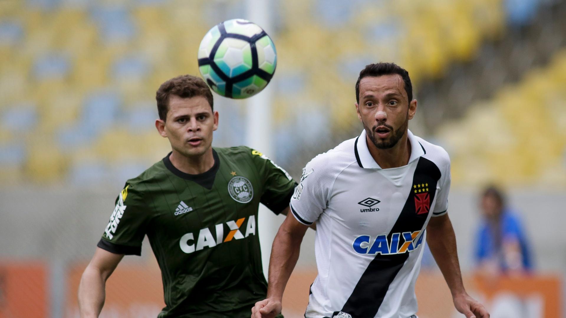 Nenê e Jonas disputam lance no meio campo de Vasco e Coritiba