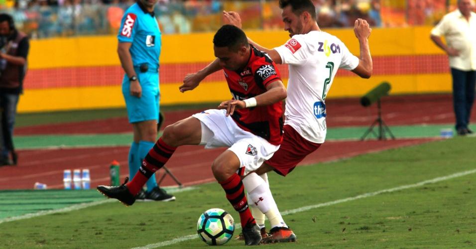 Lucas disputa bola com marcador do Atlético-GO