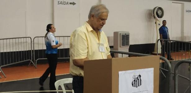 Presidente do Santos Modesto Roma Júnior dá seu voto após confusão