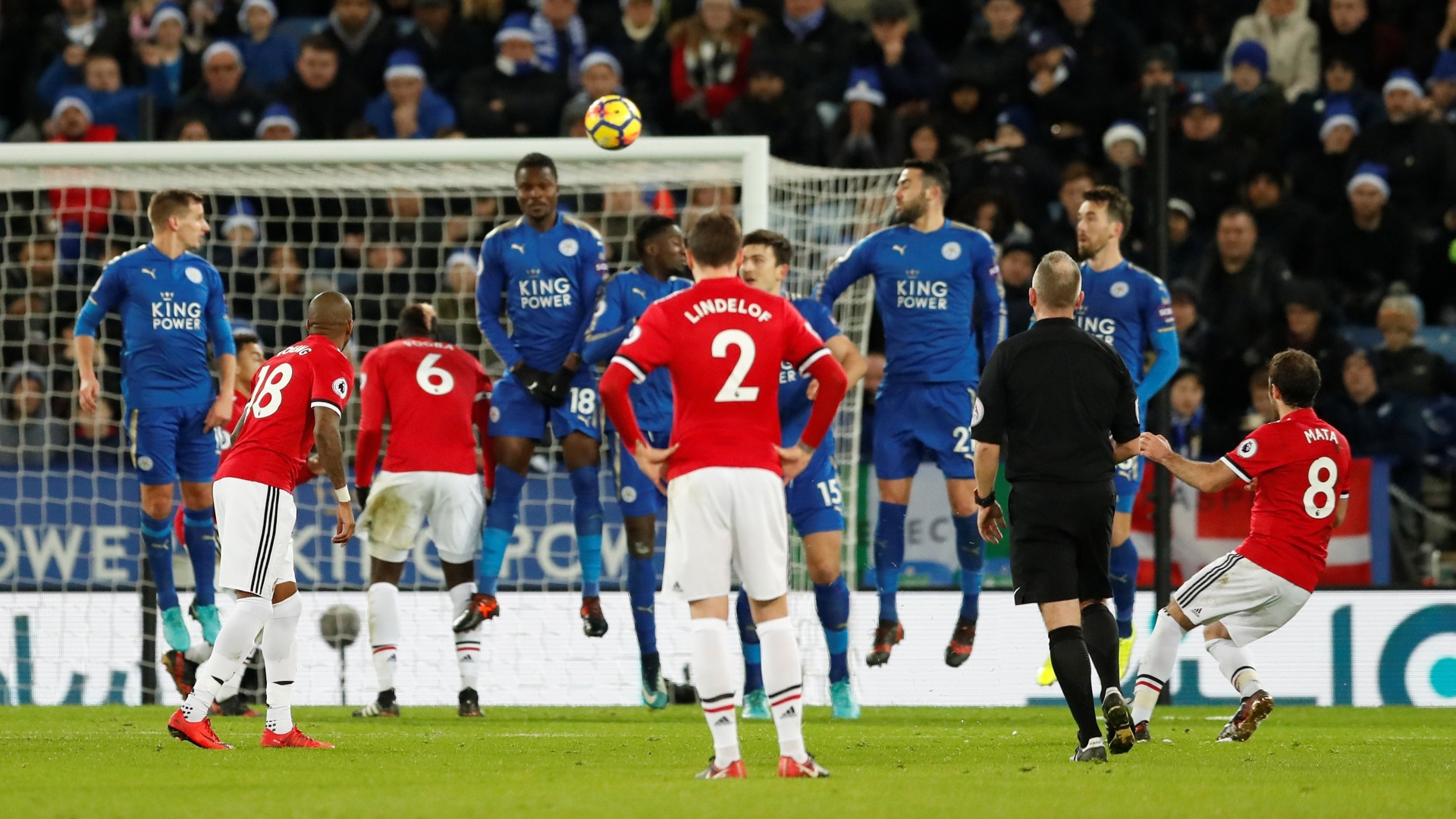 Juan Mata acerta cobrança de falta, marcando o segundo gol do Manchester United contra o Leicester