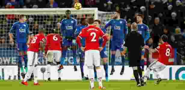 Juan Mata acerta cobrança de falta, marcando o segundo gol do Manchester United contra o Leicester - Reuters - Reuters