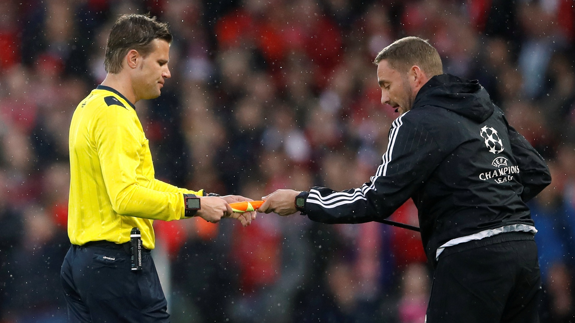 O árbitro Felix Brych e a bandeirinha quebrada durante Liverpool e Roma