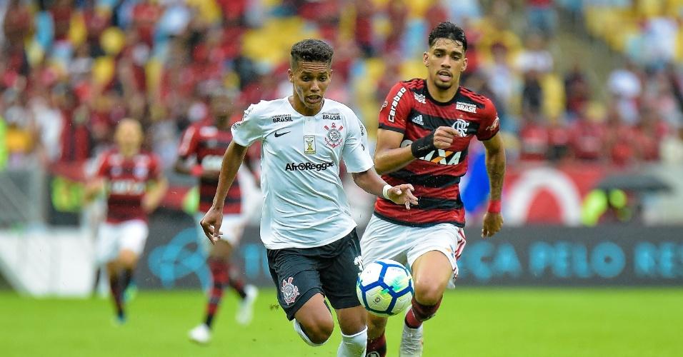Pedrinho e Lucas Paquetá disputam bola em Flamengo x Corinthians pelo Campeonato Brasileiro