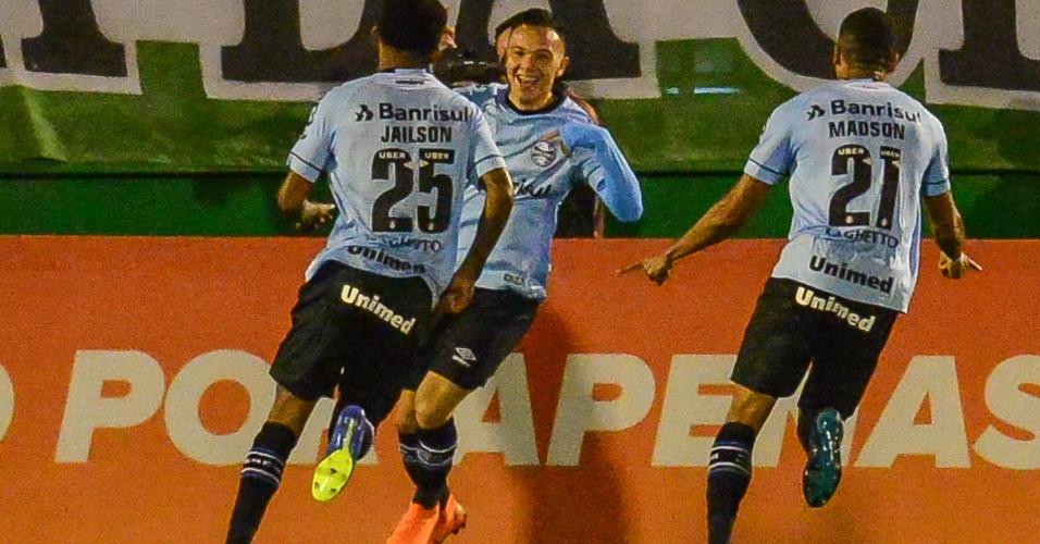 Jogadores do Grêmio comemoram o gol de Pepê contra a Chapecoense