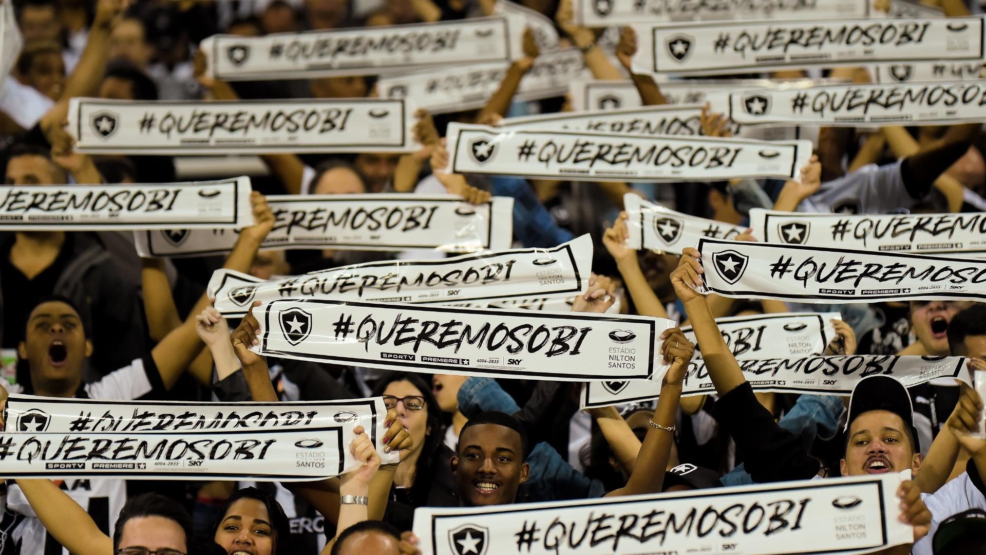 Torcida do Botafogo exibe faixas antes do jogo contra o Nacional-PAR, no Nilton Santos