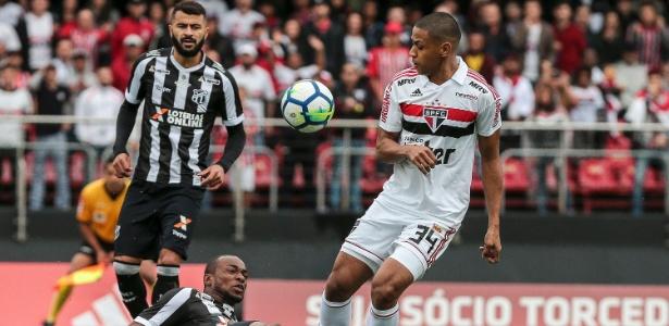 Bruno Alves em disputa de bola durante a partida contra o Ceará, pelo Brasileiro - Ale Cabral/Agif
