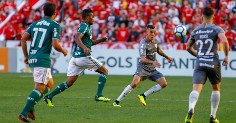 Jogadores de Internacional e Palmeiras disputam a bola
