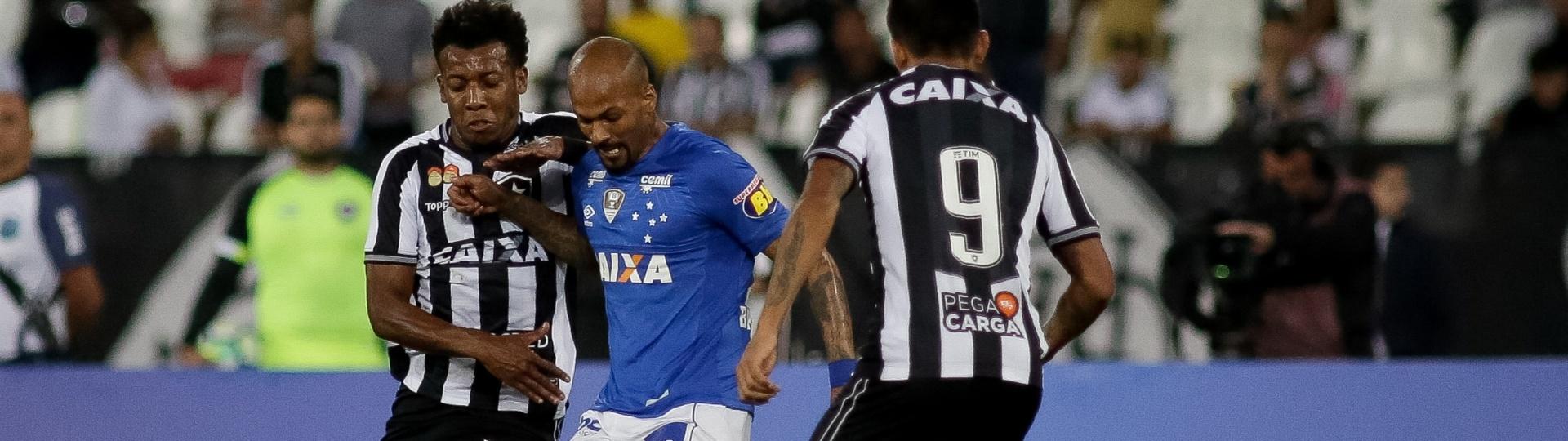 Bruno Silva disputa bola durante partida entre Botafogo e Cruzeiro