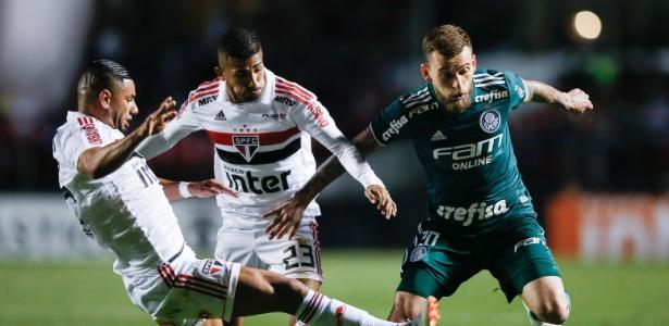 Lucas Lima passa pela marcação em vitória do Palmeiras sobre o São Paulo
