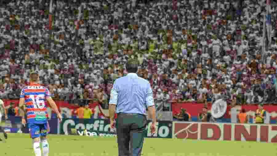 Rogério Ceni oberva torcida do Fortaleza em jogo no Castelão - Leonardo Moreira/Fortaleza Esporte Clube