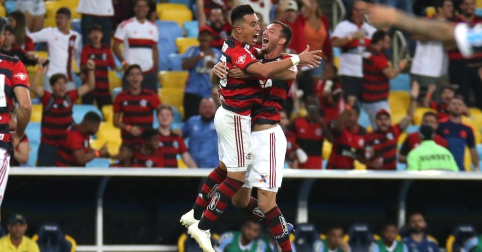 Jogadores do Flamengo comemoram gol de Uribe sobre o Grêmio