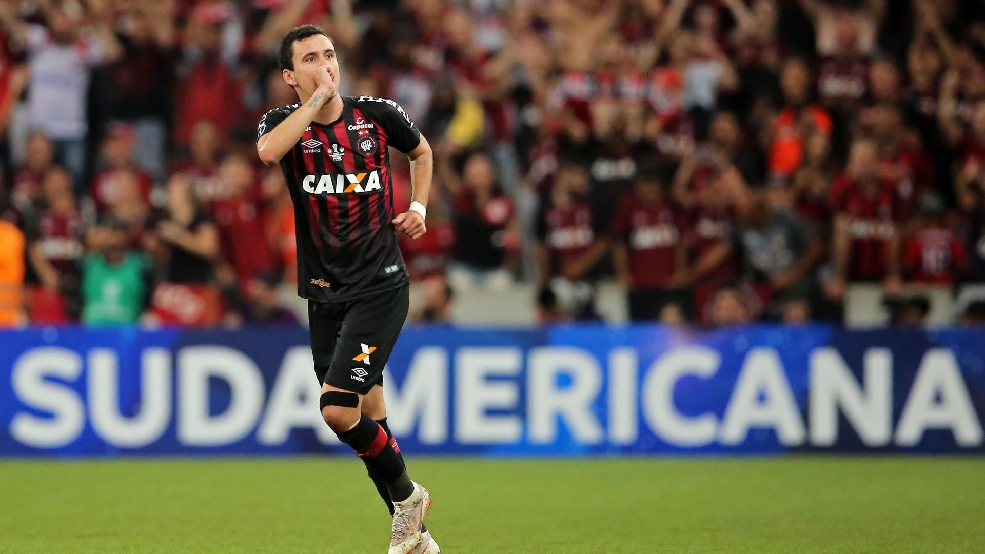 Pablo comemora gol pelo Atlético-PR contra o Junior de Barranquilla