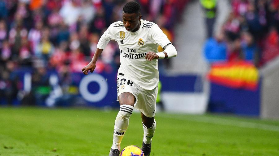 Vinicius Junior carrega a bola durante partida entre Atlético de Madri e Real Madrid - Gabriel Bouys/AFP