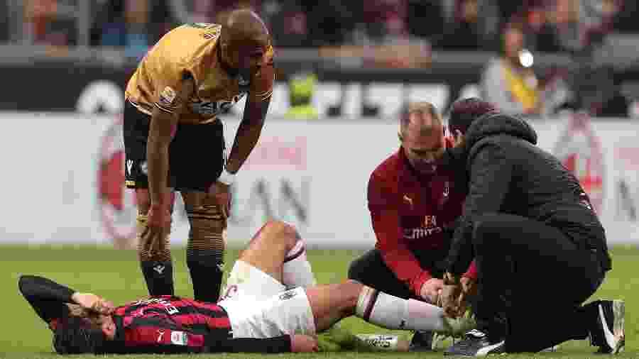 Lucas Paquetá machuca o tornozelo durante a partida entre Milan e Udinese - Emilio Andreoli/Getty Images