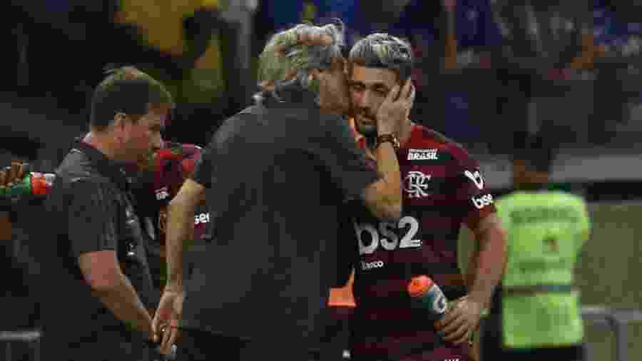 Técnico Jorge Jesus cumprimenta Arrascaeta após gol contra o Cruzeiro; Jogador vai servir a seleção do Uruguai - Fernando Moreno/AGIF
