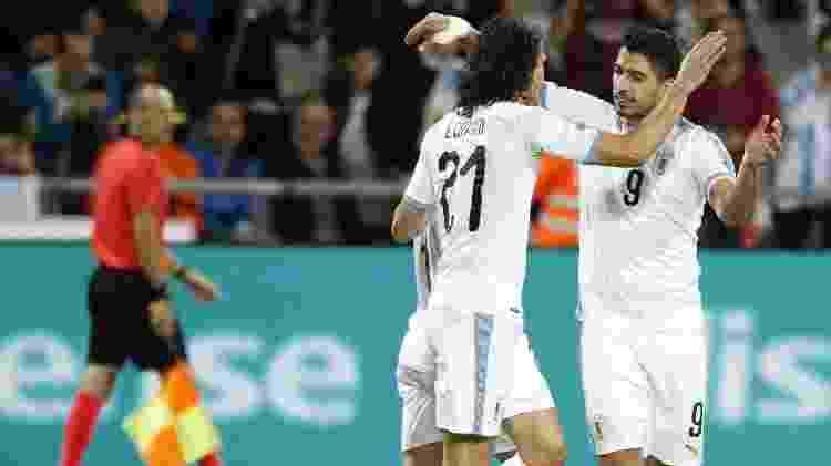 Cavani e Suárez comemoram gol do Uruguai em amistoso em Tel Aviv - EMMANUEL DUNAND/AFP
