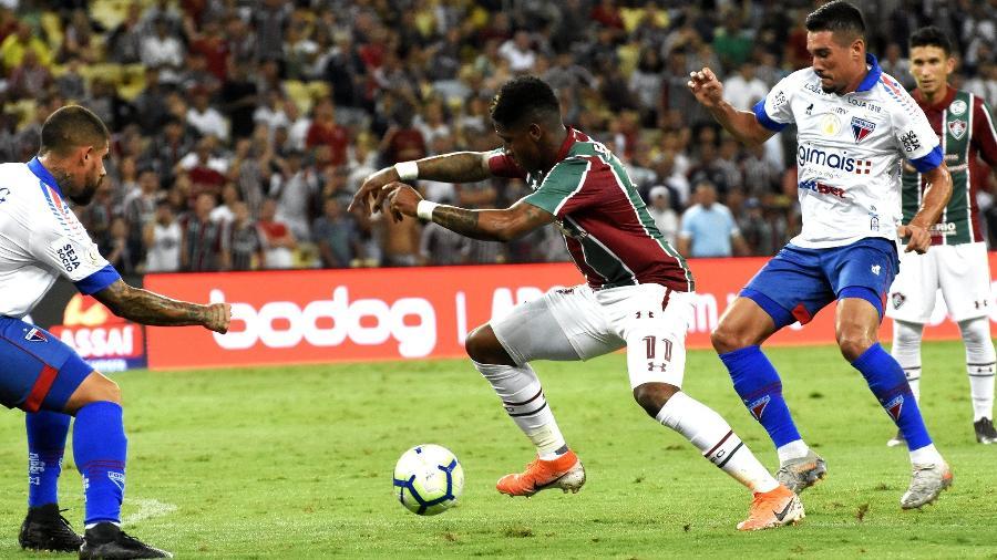 Yony González, atacante do Fluminense, tenta passar pela marcação dos jogadores do Fortaleza - MAILSON SANTANA/FLUMINENSE FC