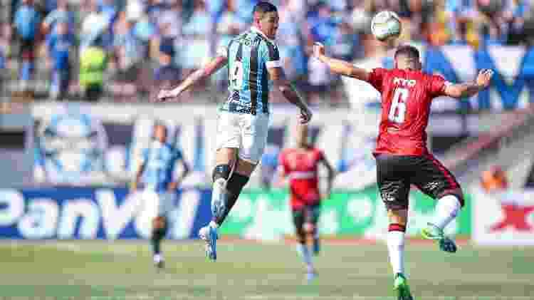 Luciano sobe e tenta o cabeceio em lance de Brasil-PEL x Grêmio, pelo Campeonato Gaúcho - Lucas Uebel/Grêmio FBPA - Lucas Uebel/Grêmio FBPA