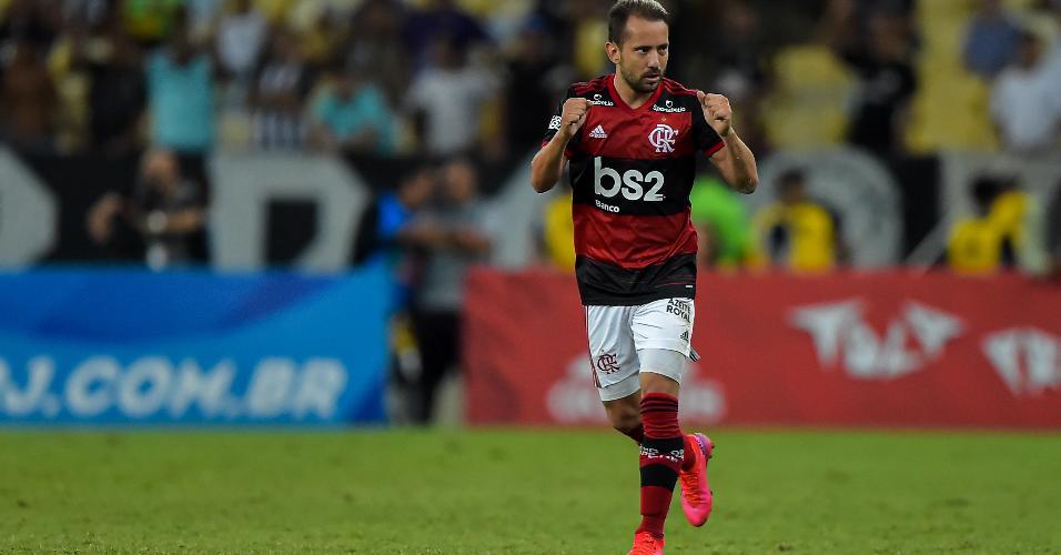 Everton Ribeiro, do Flamengo, comemora gol contra o Botafogo