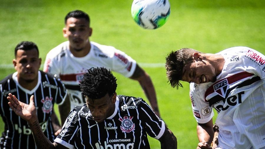 Gil, do Corinthians, disputa bola em clássico contra o São Paulo, pelo primeiro turno do Brasileirão - WERTHER SANTANA/ESTADÃO CONTEÚDO