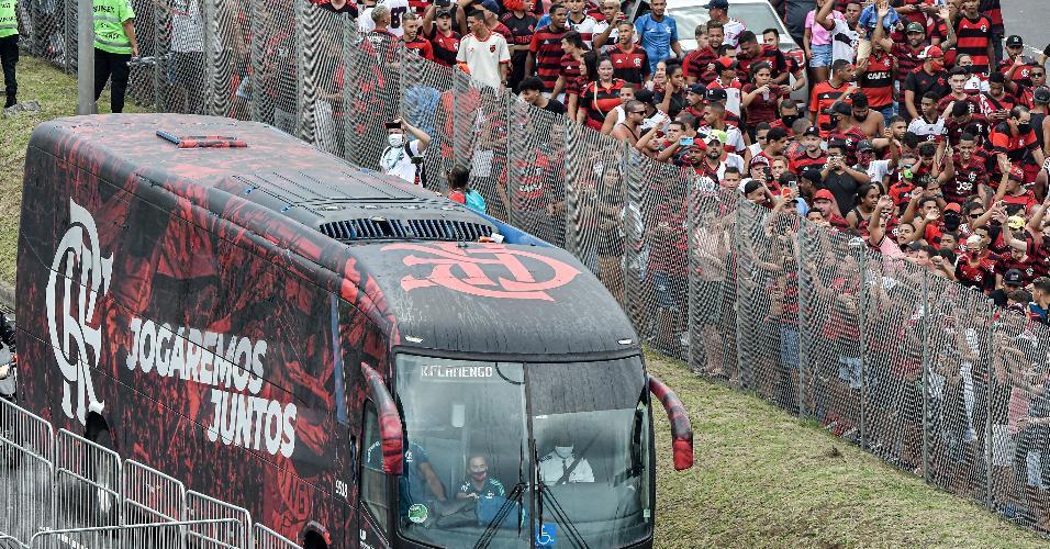 Torcedores recebem ônibus do Flamengo antes de rodada decisiva no Maracanã