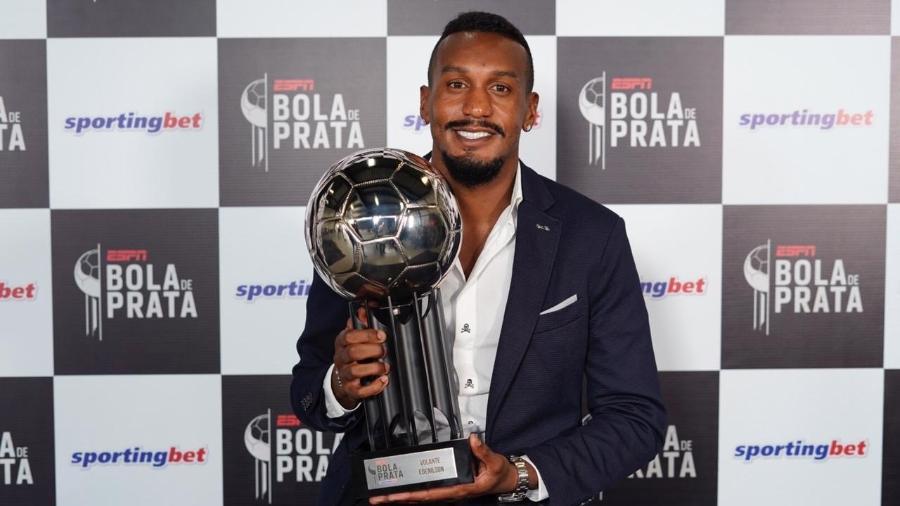 O volante do Internacional Edenilson recebe a Bola de Prata de melhor do Brasileirão - André Porto