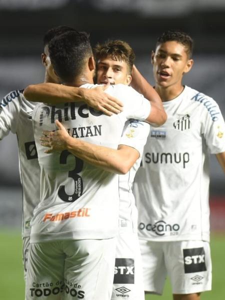 Gabriel Pirani comemorando com companheiros seu gol na partida entre Santos e The Strongest, pela terceira rodada da fase de Grupos da Libertadores 2021 - Ivan Storti/Santos FC