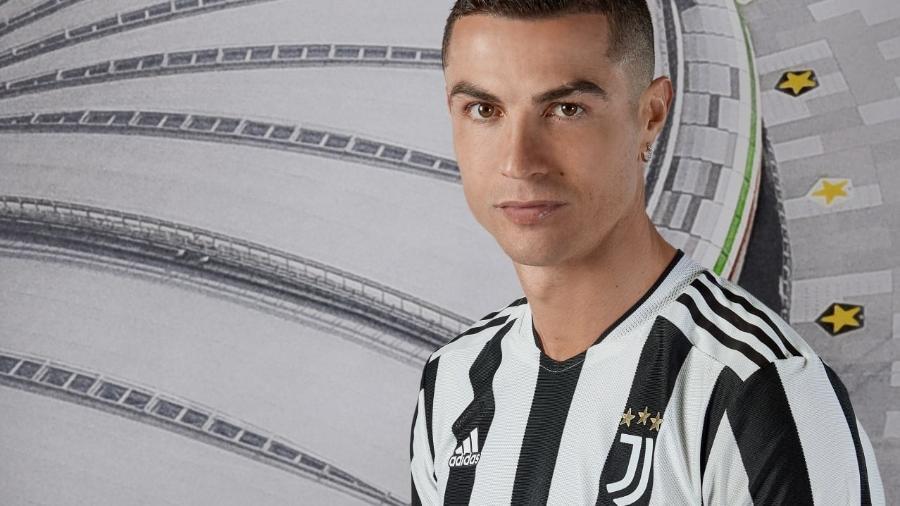 Cristiano Ronaldo com a nova camisa da Juventus - Divulgação/Juventus
