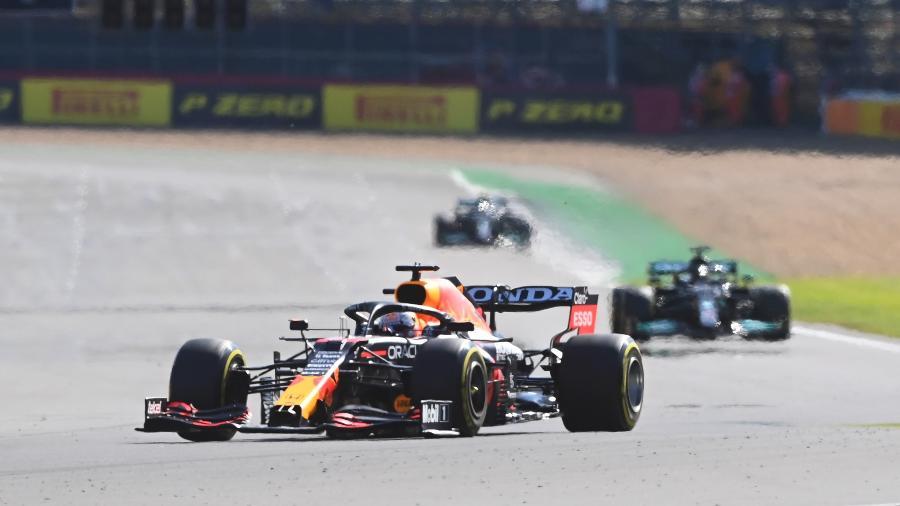 Max Verstappen à frente de Lewis Hamilton e Bottas na classificação sprint do GP de Silverstone de Fórmula 1 em 2021 - Michael Regan/Getty Images