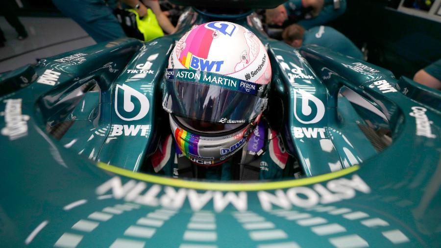 Vettel, com seu capacete pintado especialmente para o GP da Hungria, durante o 2º treino livre em Budapeste - Twitter/Aston Martin