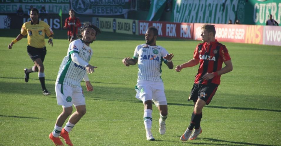 Marlone (direita) tanta fugir da marcação de Apodi e Rafael Lima no jogo entre Sport e Chapecoense