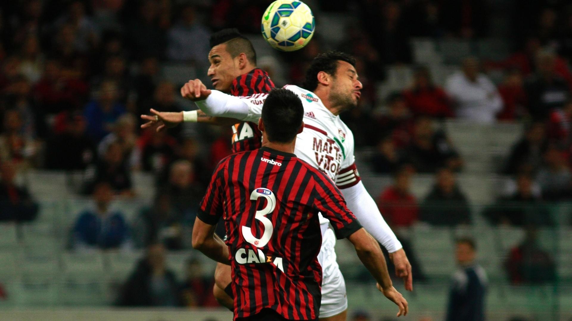 Fred sobe de cabeça na disputa de bola com jogadores do Atlético-PR, no Campeonato Brasileiro
