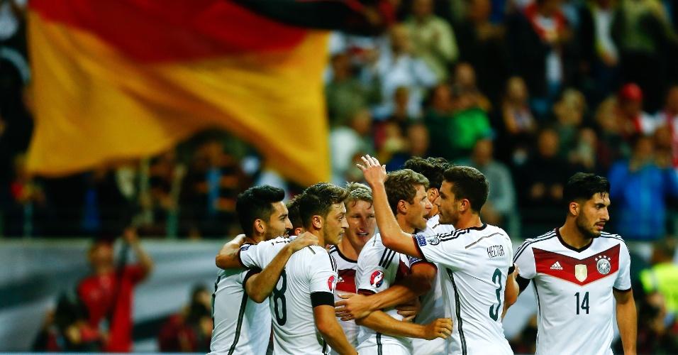Jogadores da Alemanha comemoram gol na vitória por 3 a 1 sobre a Alemanhia em Frankfurt, em jogo pelas eliminatórias da Euro 2016