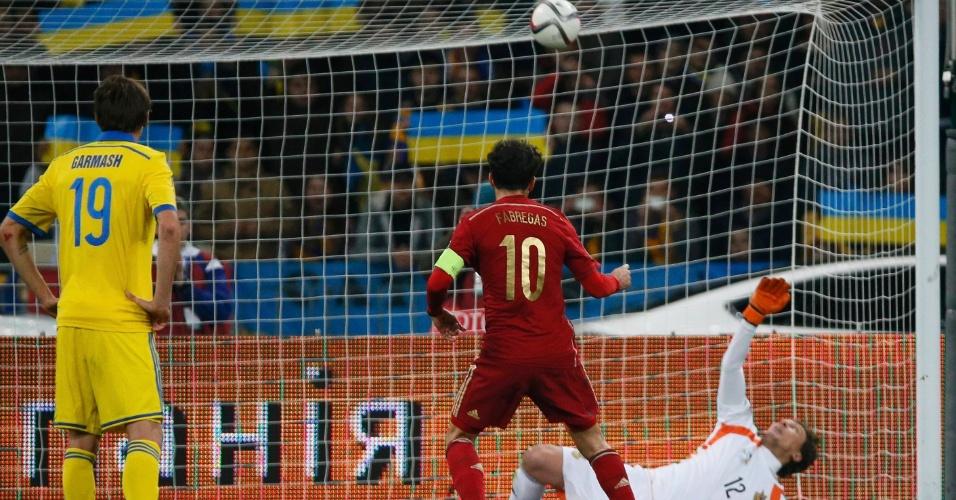 Capitão e camisa 10 da Espanha, Fàbregas perde pênalti em seu 100º jogo pela seleção, contra a Ucrânia. Goleiro Pyatov pegou no canto esquerdo