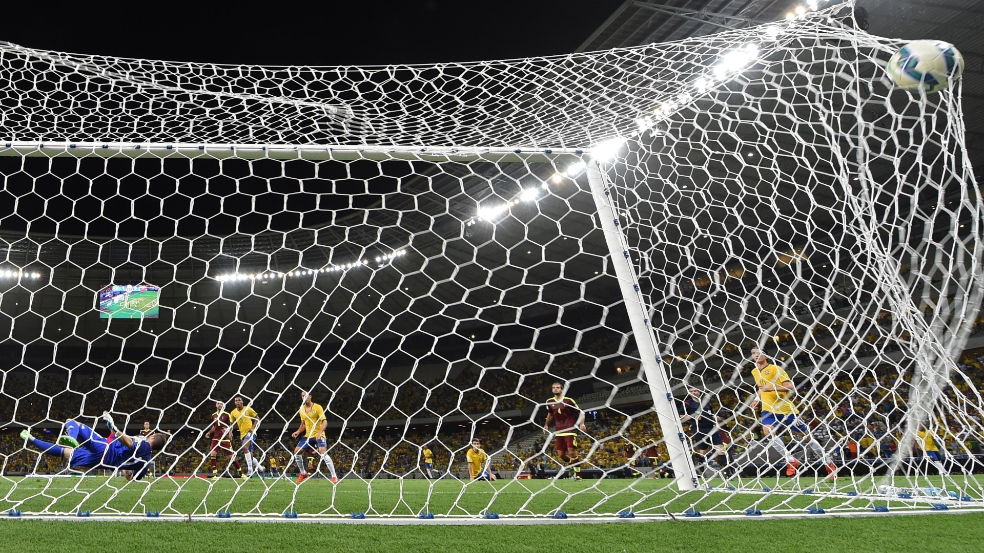 Imagem do gol de Willian contra a Venezuela, no Castelão, pelas Eliminatórias da Copa do Mundo