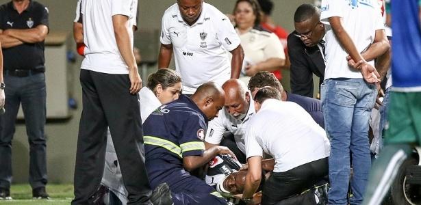 Hyuri, do Atlético-MG, foi atendido no gramado e deixou o estádio de ambulância