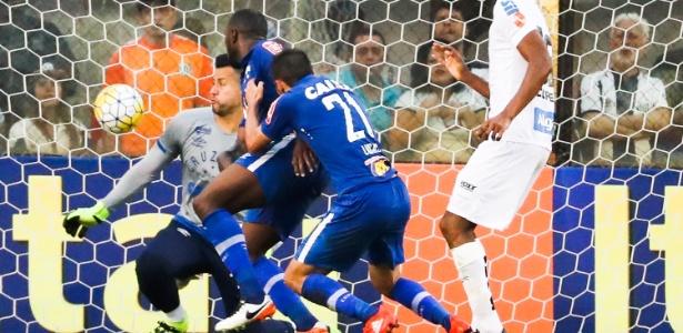 Fabio não consegue evitar o gol contra de Lucas, na partida entre Cruzeiro e Santos