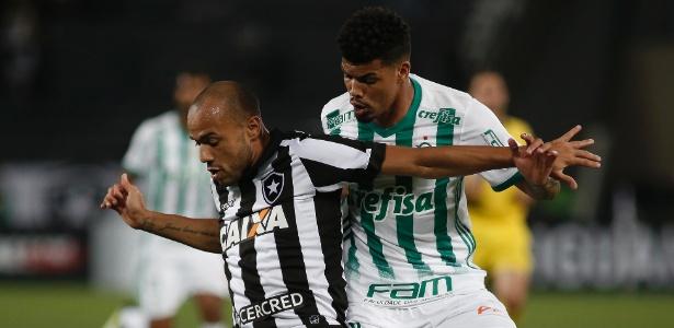 Juninho acompanha Roger durante jogo do Palmeiras contra o Botafogo