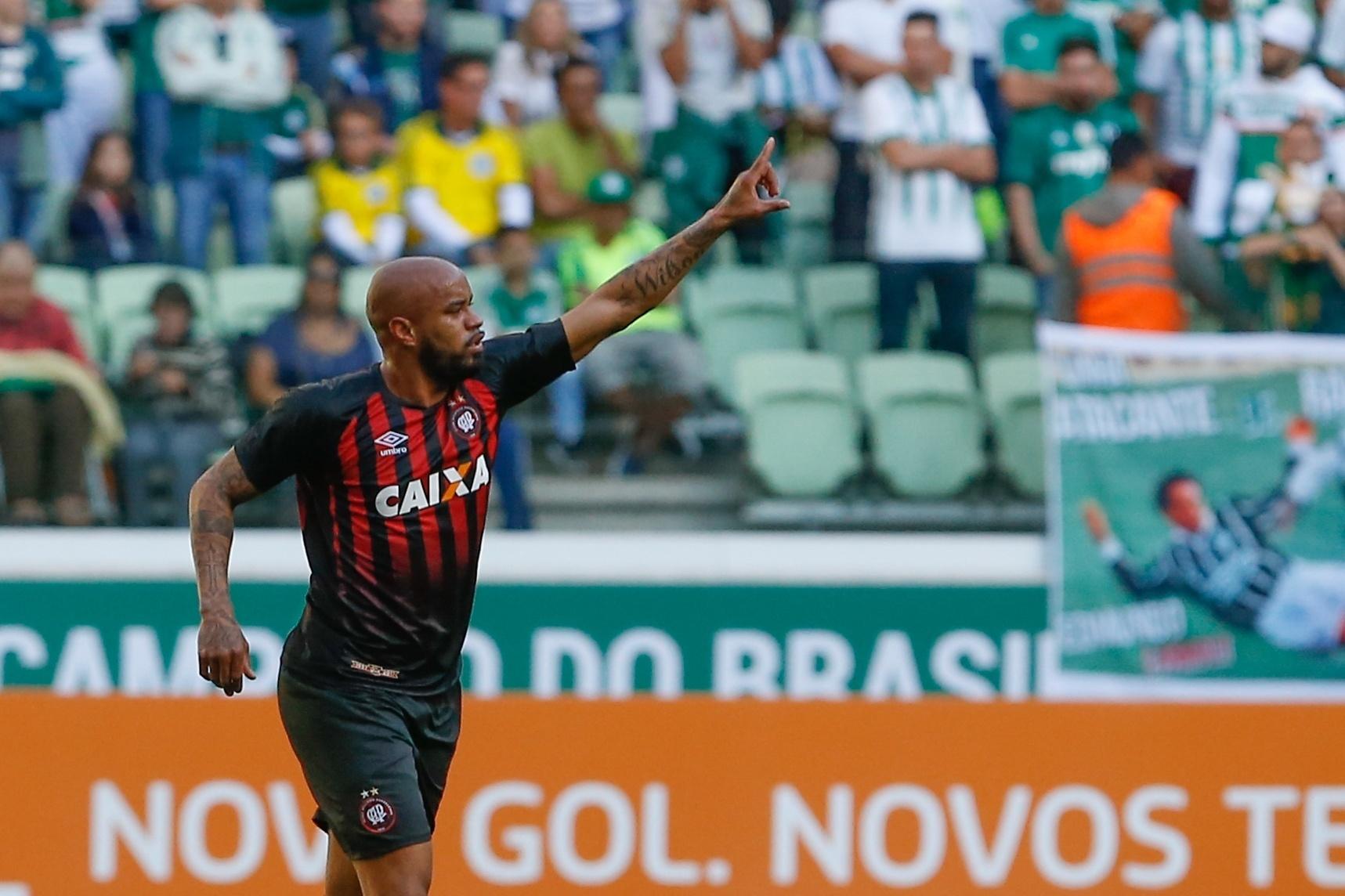 Thiago Heleno comemora gol do Atlético-PR contra o Palmeiras