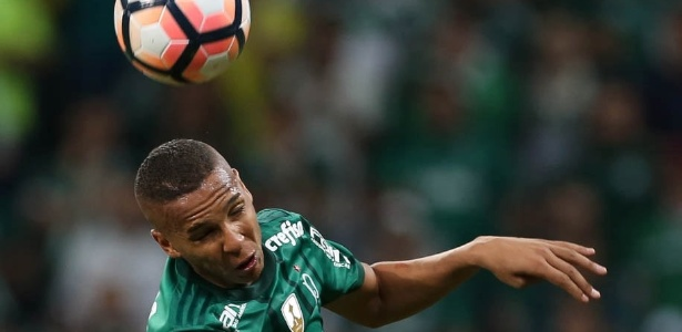 Deyverson, do Palmeiras, durante disputa de bola contra rival do Barcelona