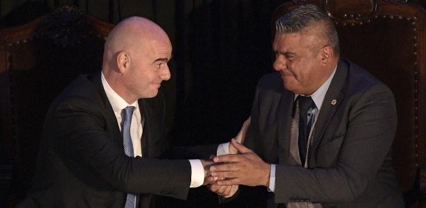 Infantino, chefe da Fifa, cumprimenta o presidente argentino da AFA, Claudio Tapia