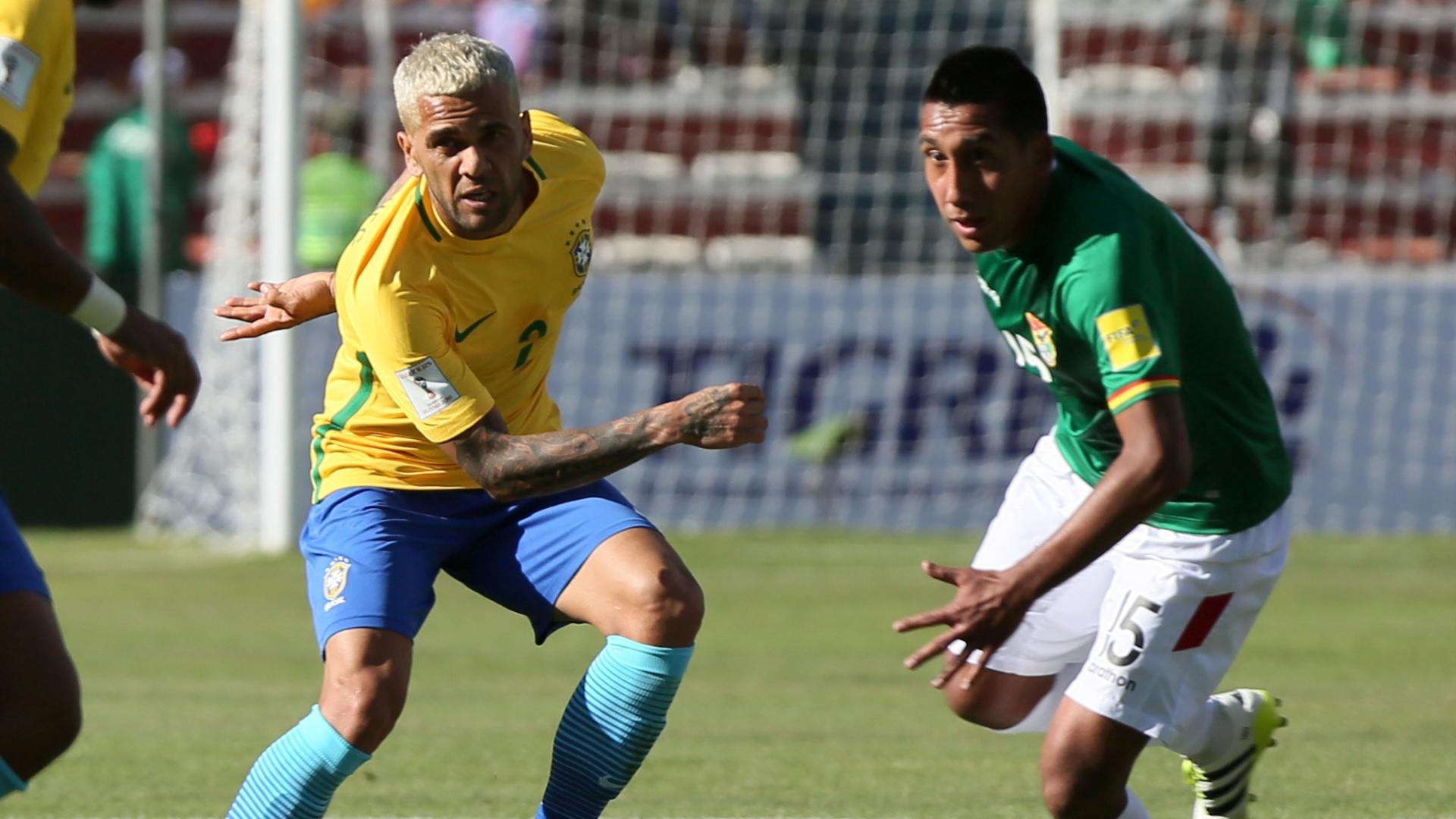 Daniel Alves disputa a bola com Cristian Machado, da Bolívia
