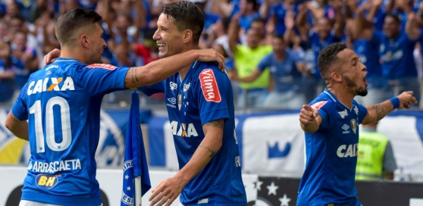 Thiago Neves celebra gol do Cruzeiro no Campeonato Mineiro