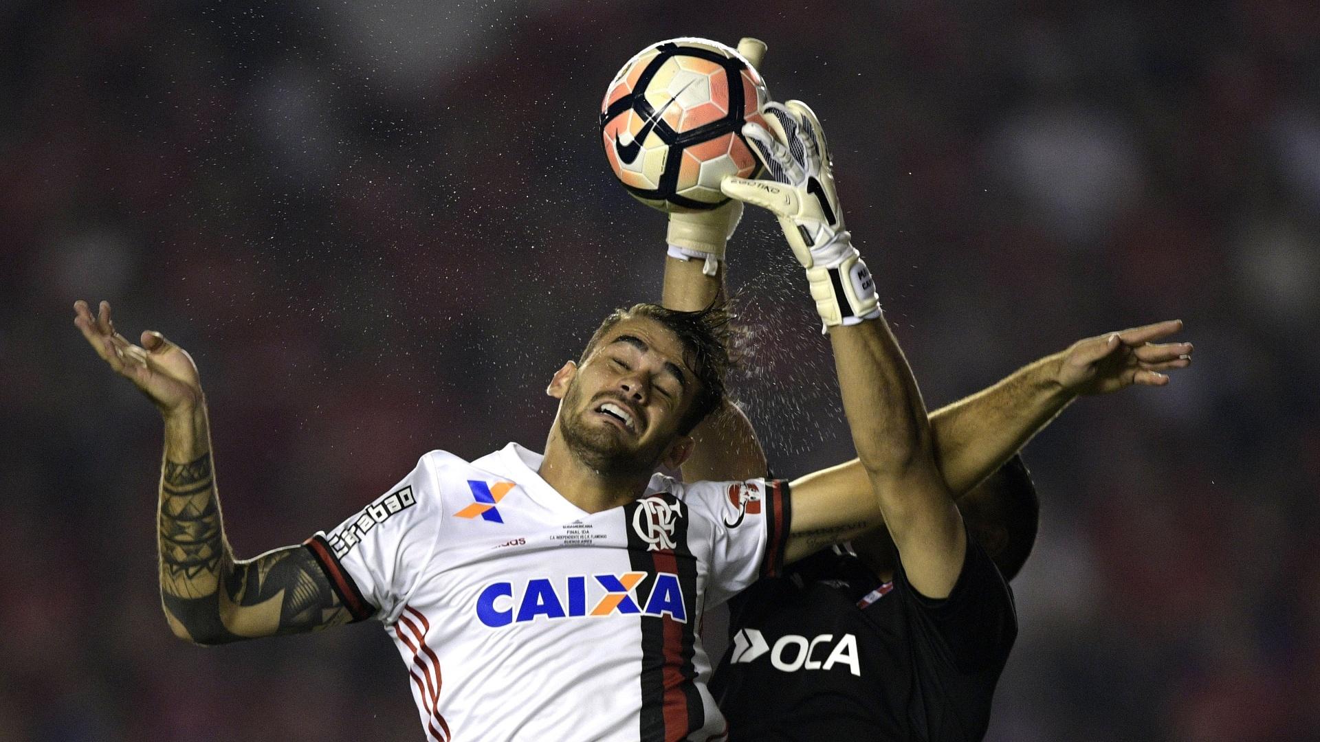 Felipe Vizeu divide bola pelo alto com o goleiro Martin Campana
