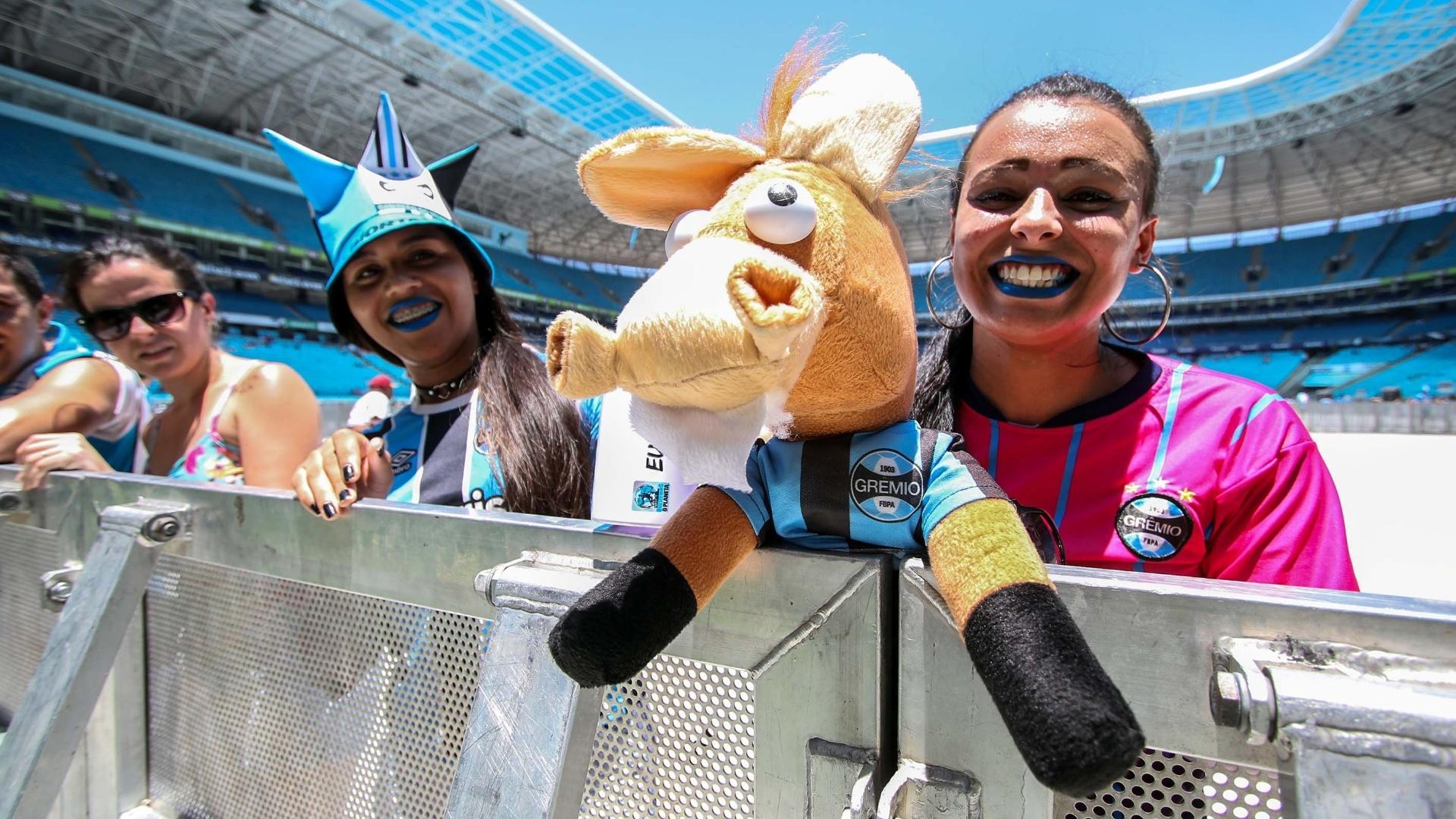 Torcedora exibe o cavalinho do Grêmio na Arena em Porto Alegre