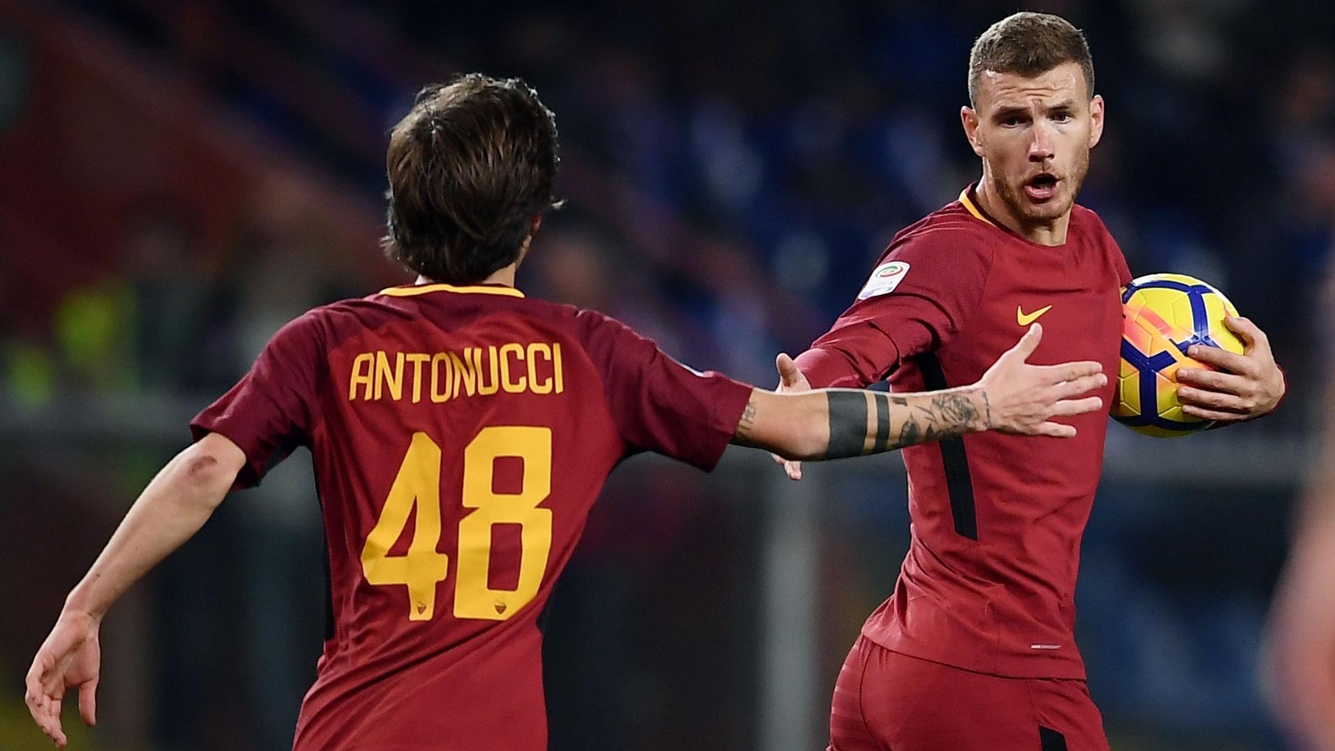 Dzeko comemora com Antonucci o gol da Roma sobre a Sampdoria