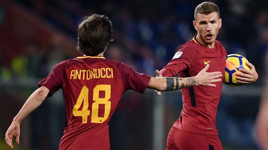 Dzeko comemora com Antonucci o gol da Roma sobre a Sampdoria - AFP PHOTO / MARCO BERTORELLO