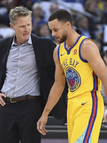 Stephen Curry deixa quadra com dores no tornozelo direito - Kyle Terada/USA TODAY Sports