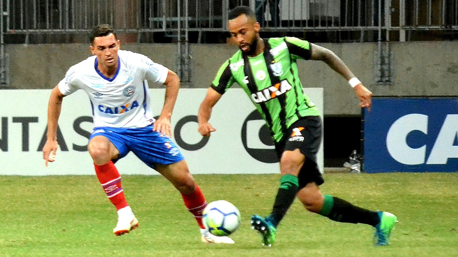 Disputa de bola durante Bahia e América-MG, pelo Campeonato Brasileiro